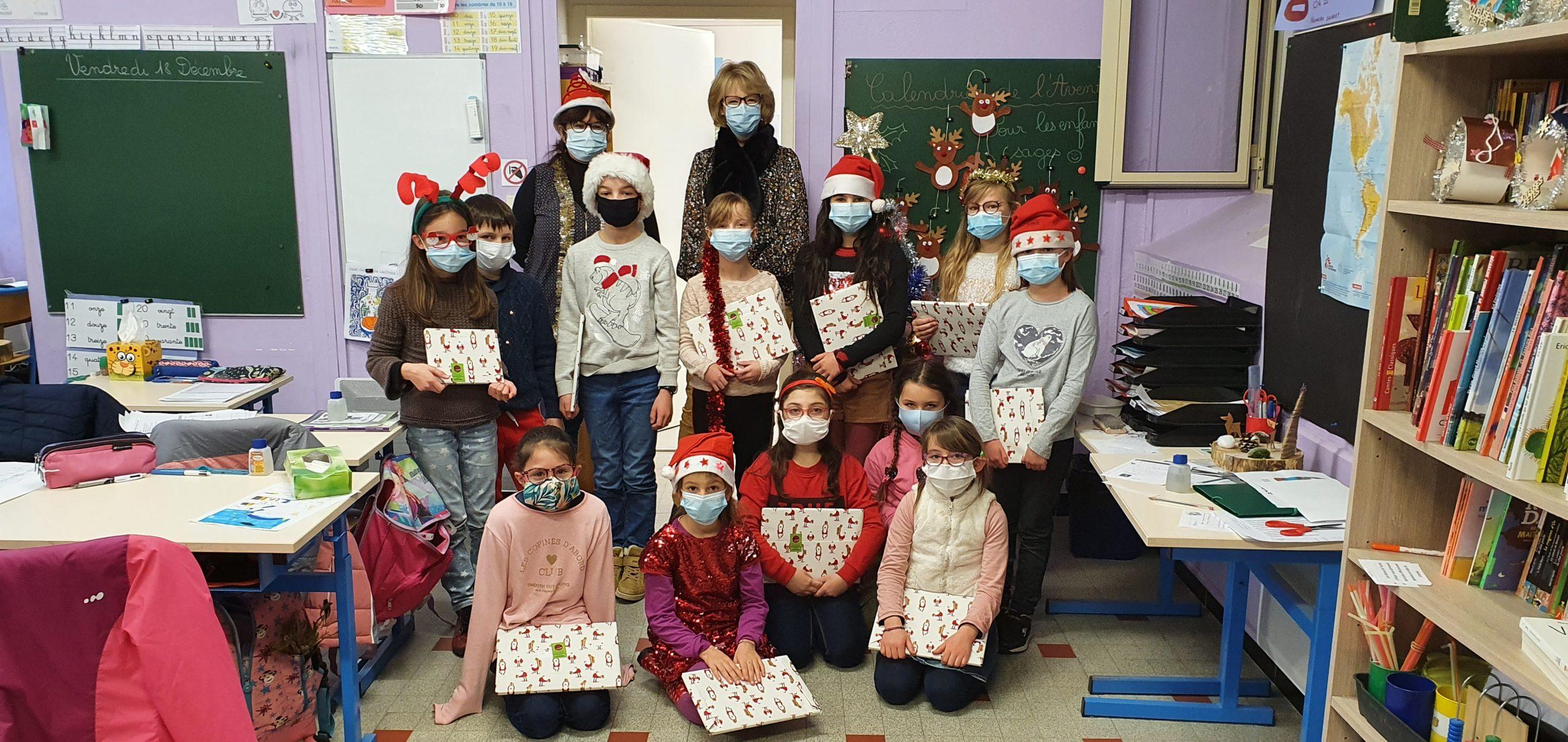 Les élèves avec le cadeau du SIVU